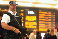 An armed British police officer (© Getty images)
