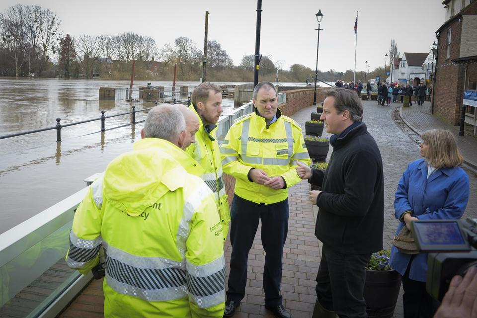 David Cameron meets Environment Agency staff at Upton-upon-Severn