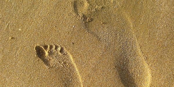 footsteps-in-sand