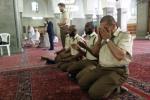 Feature image for:  مسلمون من الجيش البريطاني يؤدّون العمرة للمرة الأولى